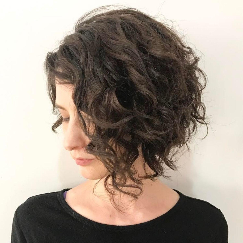 Brunette Curly Angled Bob Kapsels Voor Krullend Haar Halflang Kapsel Krullen Kort Kapsel Krul