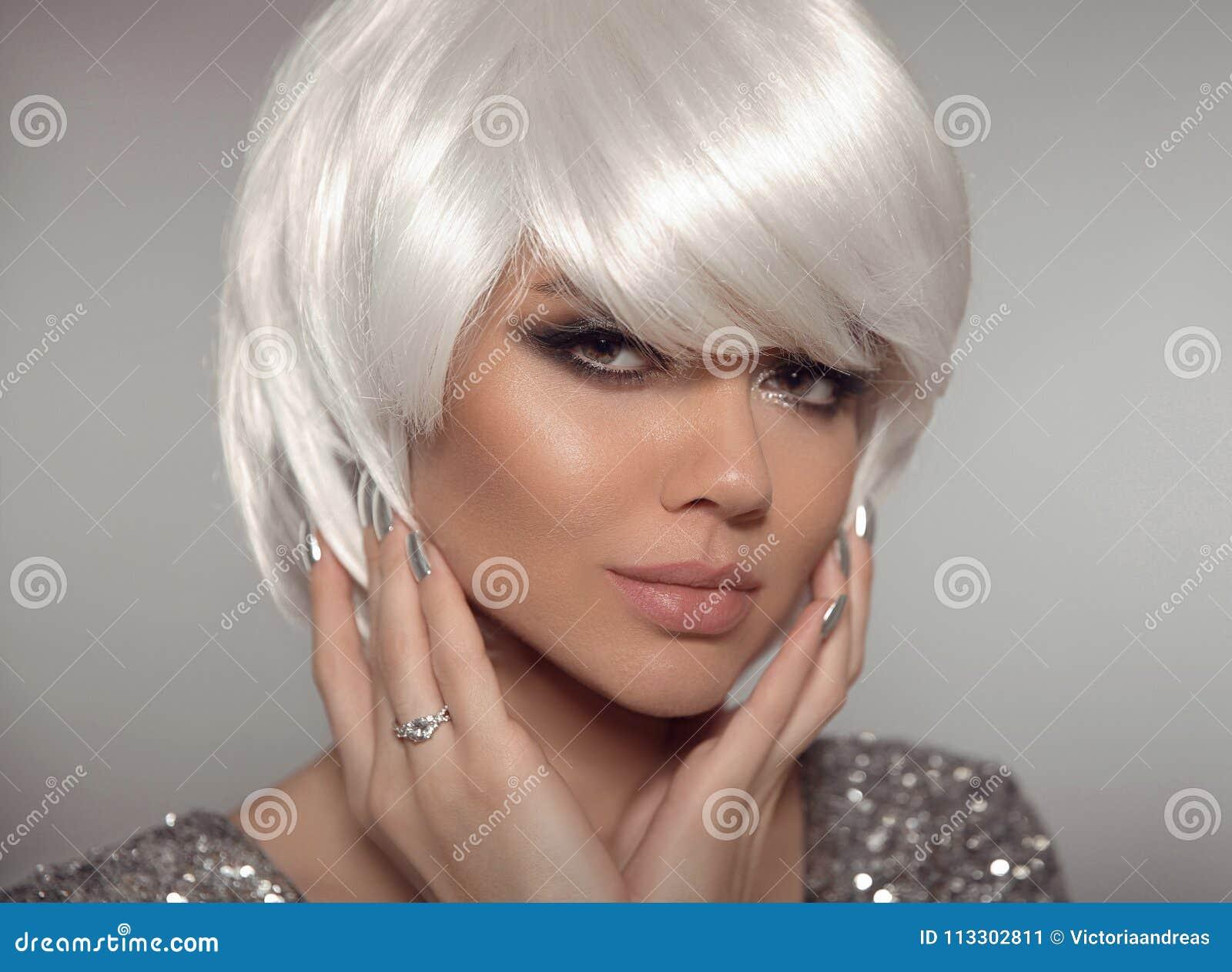 Manier Blonde Vrouw Met Loodjes Korte Kapsel En Manicurespijker P Stock Afbeelding Afbeelding Bestaande Uit Grijs Gezicht 113302811