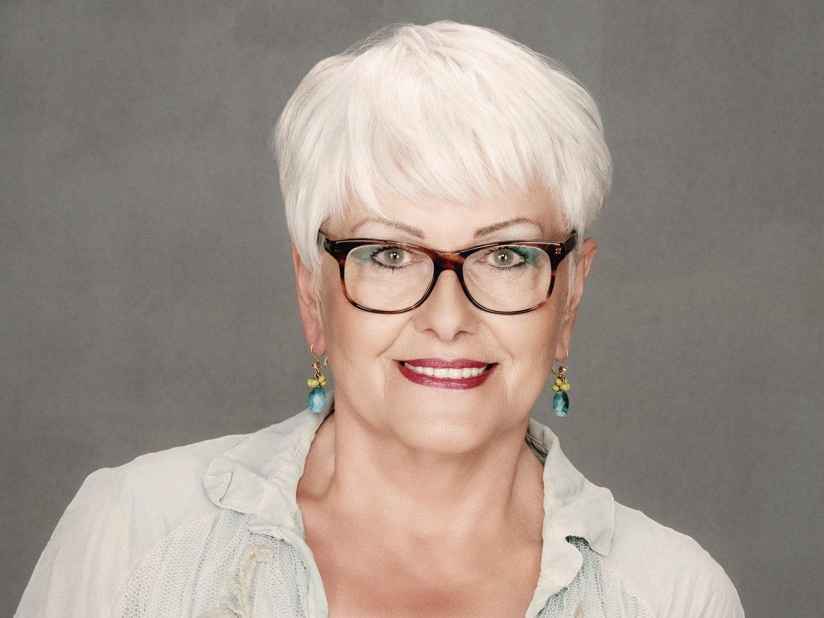 Korte Snit Voor Oudere Dames Met Wit Haar En Een Bril
