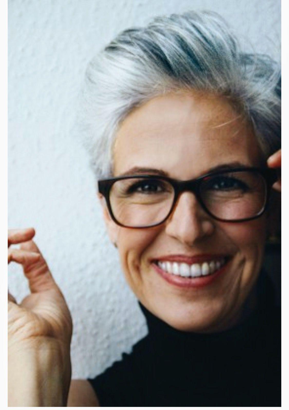 Pin Van Lisa Brochetti Op Gray Hair Tips Kort Kapsel Dames Met Bril Kort Kapsel Bril Kort Grijs Haar
