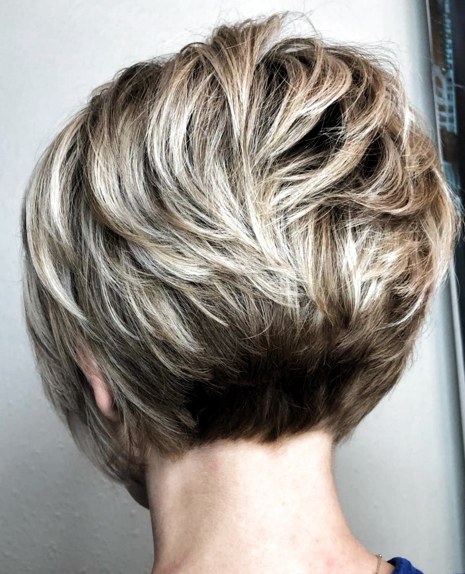Very Short Wavy Stacked Bob With Bronde Balayage Kapsels Voor Kort Haar Kapsels Kort Haar 50 Kort Haar Kapsels