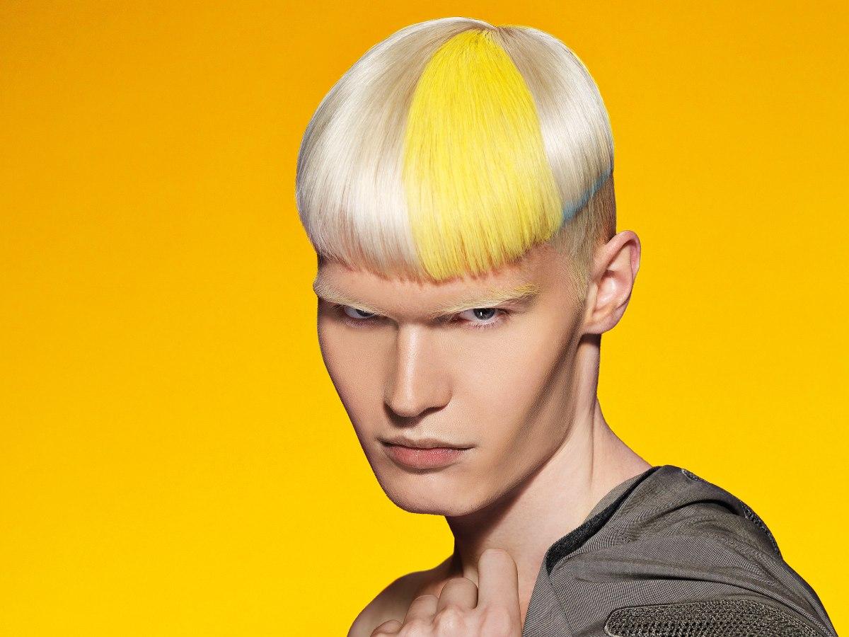 Herenkapsel Met Geschoren Zijkanten En Een Combinatie Van Blond Geel En Blauw Haar