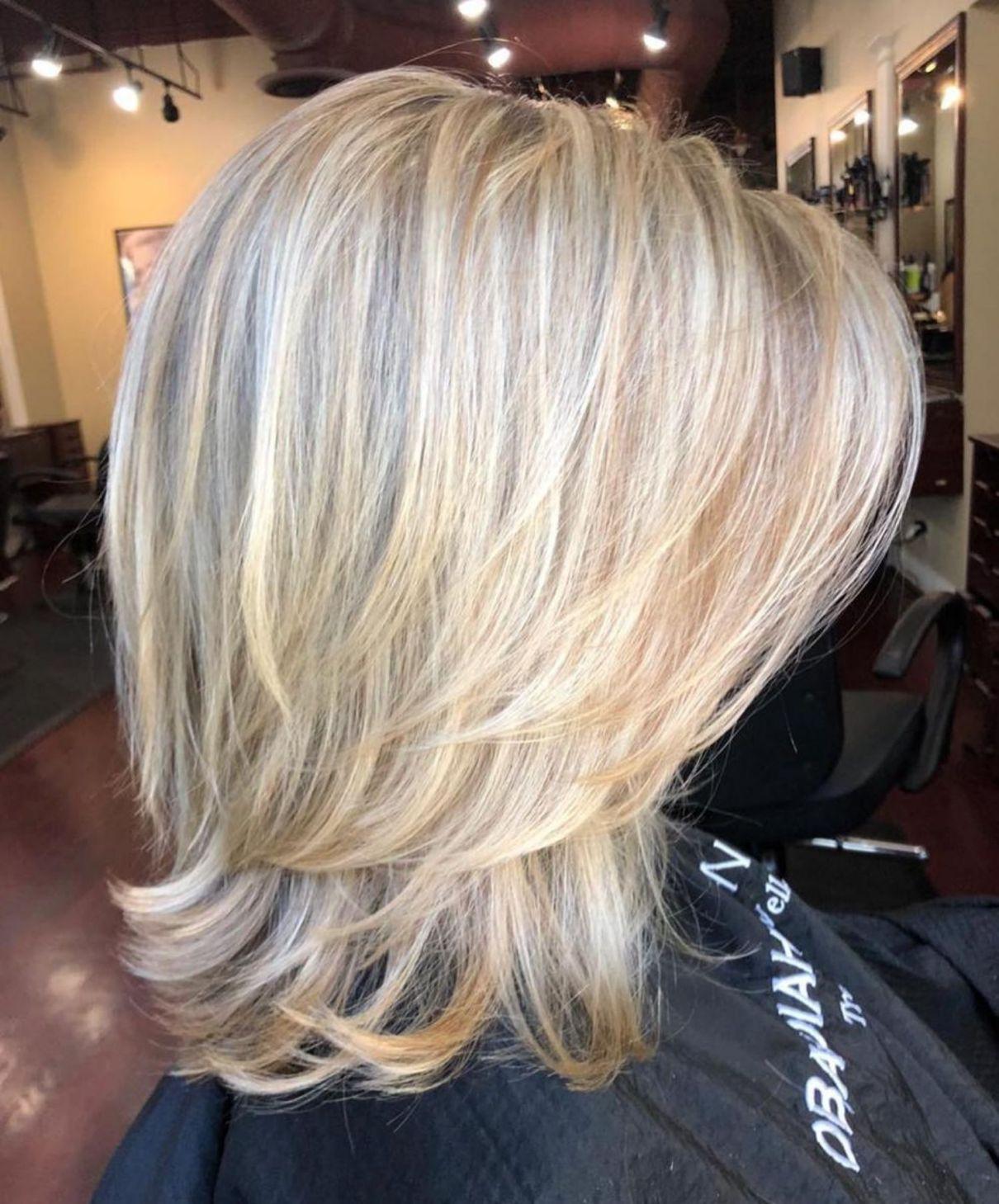 Above The Shoulder Feathered Blonde Haircut Kapsels Halflange Kapsels Kapsel Halflang Fijn Haar
