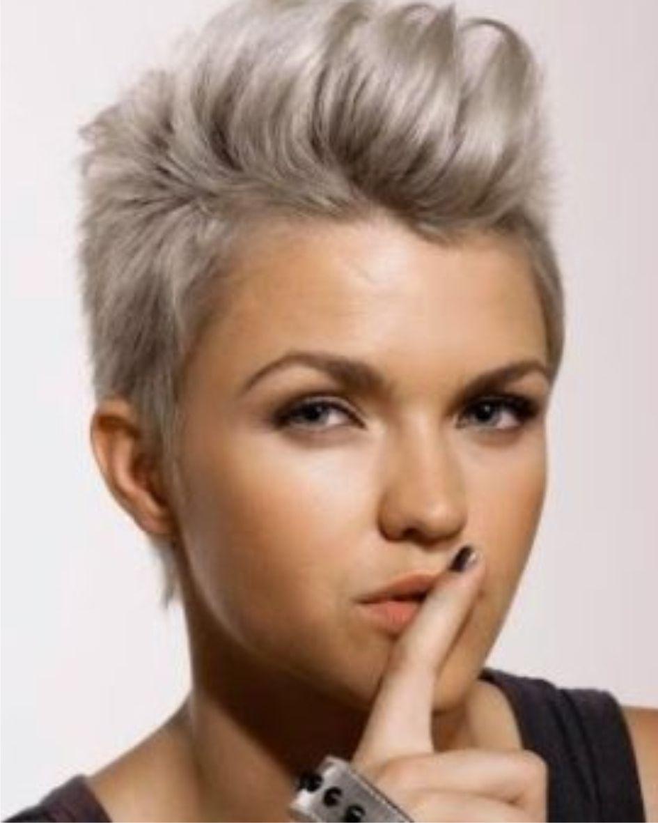 Kort En Gekleurd Grijs Haar De Trend Voor Dames Met Kort Haar 2019 Gekleurd Grijs Kort Winter Short Hair Styles Model Hair Short Hair Styles Pixie