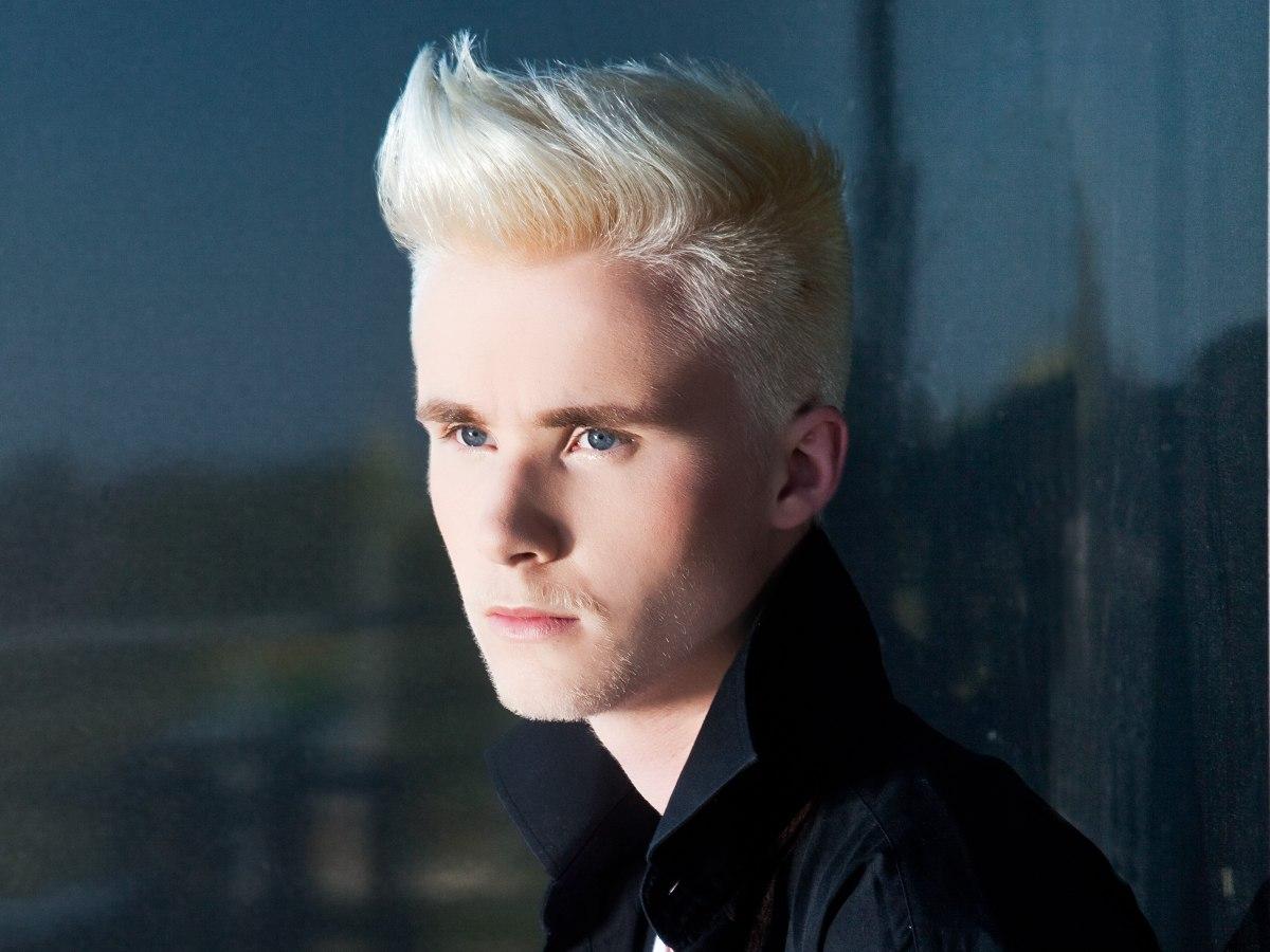 Blonde Haarsnit Voor Mannen Met De Zijkanten En Achterkant Met De Tondeuse Geknipt Zijaanzicht