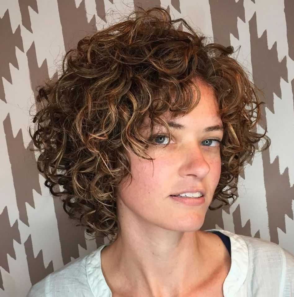 65 Different Versions Of Curly Bob Hairstyle Kapsels Voor Krullend Haar Kort Haar Krullen Krullend Haar