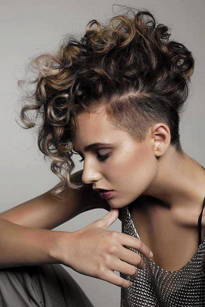 Deze 10 Korte Krullende Kapsels Bewijzen Dat Kort Haar En Krullen Perfect Samengaan Pagina 3 Van 10 Lockige Frisuren Coole Frisuren Frisuren Haarschnitte