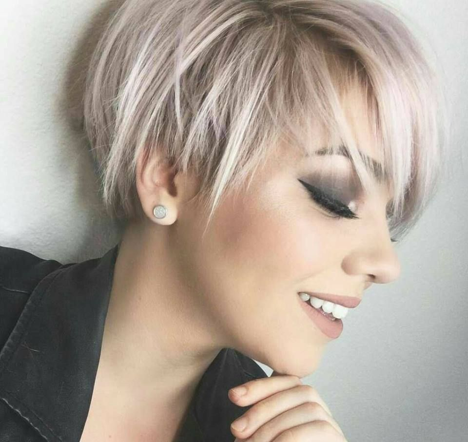 10 Vrouwelijke Korte Pixie Look Kapsels Die Echt Nooit Uit De Mode Raken Pagina 3 Van 10 Kapsels Voor Haar Kapsels Kapsels Voor Kort Haar Haarstijlen