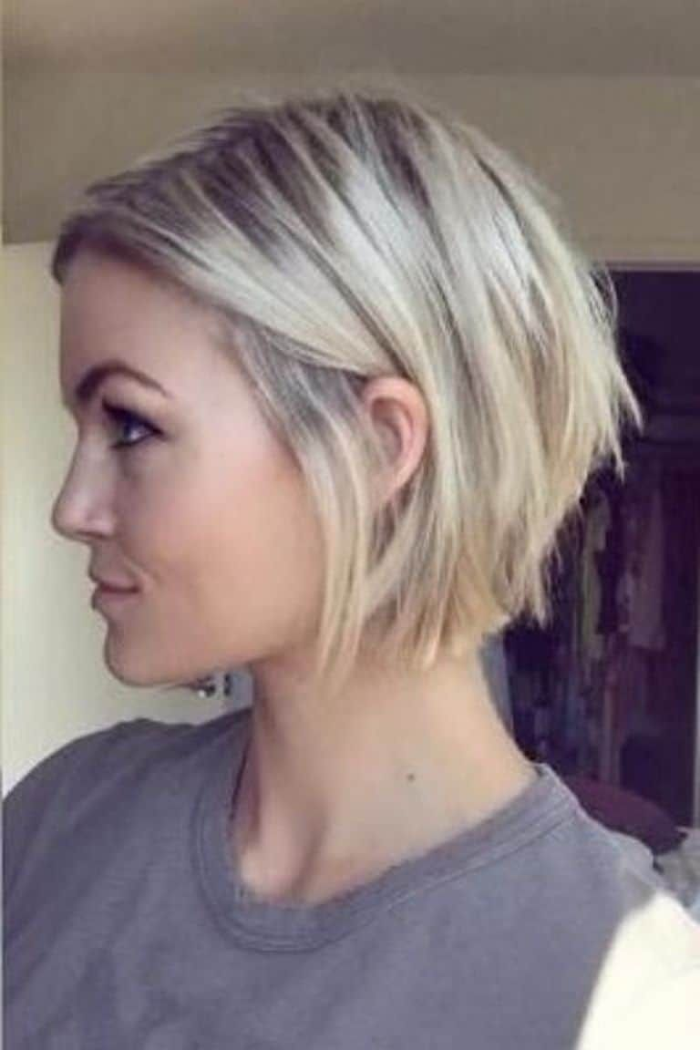Having A Long Hair You Would Want A Great Feathered Hairstyle For Your Mane We Have Gathered A Grea Bobs For Thin Hair Thin Hair Haircuts Short Bob Hairstyles