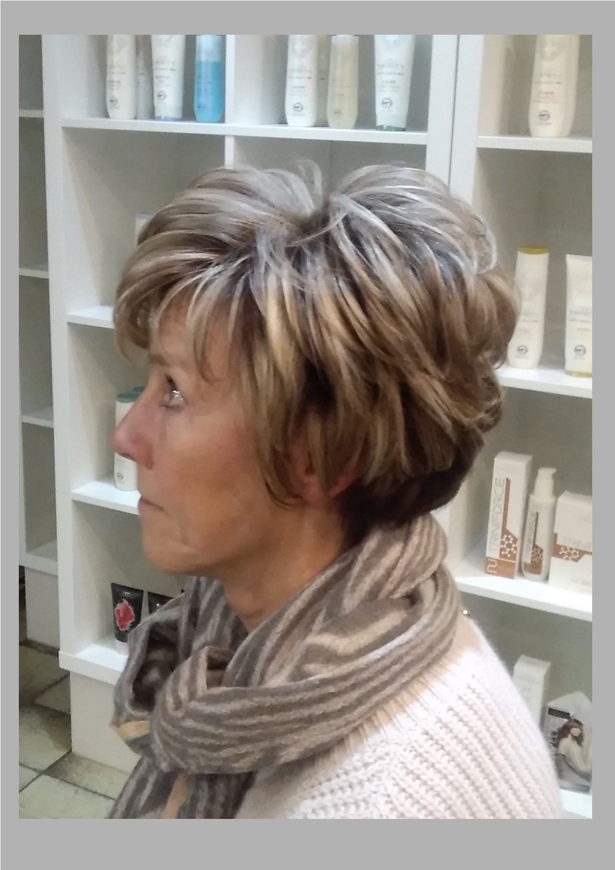 Kort Pittig Dameskapsel Voor Dik Haar Met Blonde Lokken Dames 50 Kort Dik Haar Dik Haar Haar