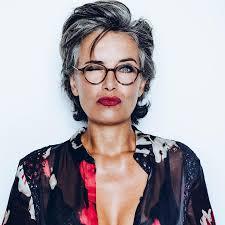 korte kapsels vrouwen 60 jaar met bril